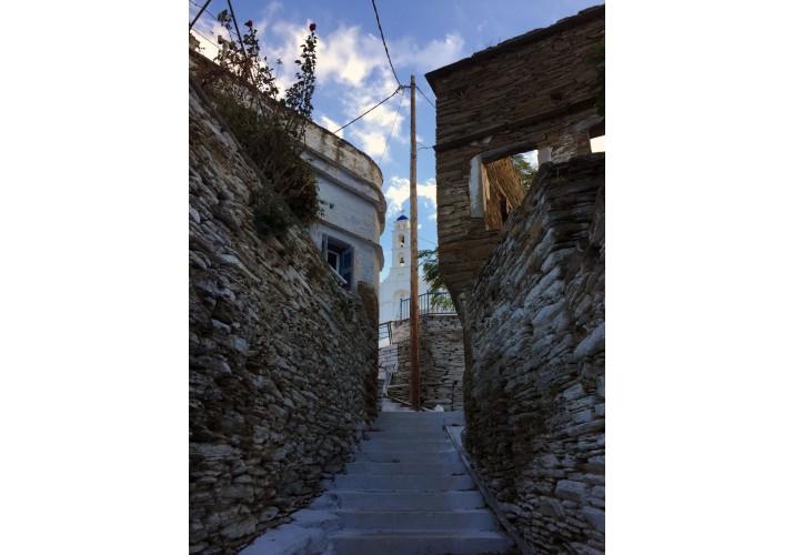 Πορεία προς το κέντρο του οικισμού