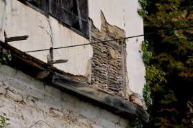 Άποψη τσατμά του κατεστραμμένου εξώστη στο αρχοντικό Χαρίτου.