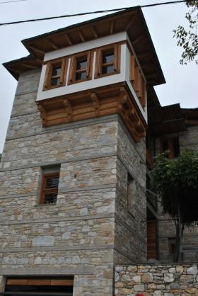 Σύγχρονο κτίριο της ιδιοκτησίας του Ι, Κίζη , που απευθύνεται στον σύγχρονο τρόπο ζωής σεβόμενο το χαρακτήρα του οικισμού χωρίς να τον αλλοιώνει
