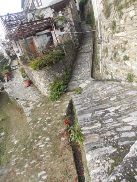 Τυπικό παράδειγμα μεταγενέστερου κτίσματος τυπικού χωριάτικου που αδιαφορεί για την παραδοσιακή αρχιτεκτονική