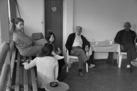 Συζήτηση στο καφενείο για την ιστορία του οικισμού.