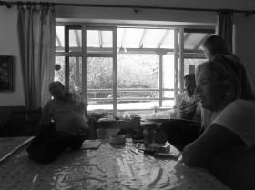 Συζήτηση, στο καφενείο  με κατοίκους.