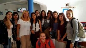 Η σπουδαστική ομάδα μαζί με την Κυρία Φωτεινή Ίσσαρη, στο καφενείο του χωριού